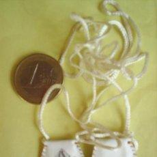 Antigüedades: ANTIGUO MINI ESCAPULARIO , DE CUERO BLANCO , TROQUELADO , CON VIRGEN DENTRO. Lote 25618385