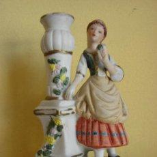 Antigüedades: CANDELERO CON FIGURA DE BISCUIT ANTIGUO POLICROMADO. Lote 26498415