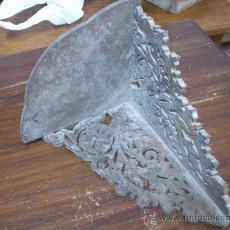 Antigüedades: ANTIGUA MENSULA PEANA RINCONERA DE MADERA, PARA IMAGEN. FINALES SIGLO XIX. Lote 18945723