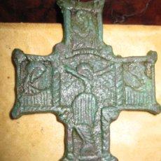 Antigüedades: RARA Y ANTIGUA CRUZ EN BRONCE CON CRISTO Y SANTOS LABRADA POR AMBAS CARAS. Lote 19140081