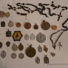Antigüedades: LOTE DE 30 MEDALLAS RELIGIOSAS, UN ROSARIO Y UNA MEDALLA CON RELIQUIA. ANTIGUO.. Lote 26928819