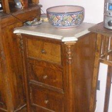 Antigüedades: MESILLA CON MARMOL BLANCO DE OREJAS. Lote 26040541