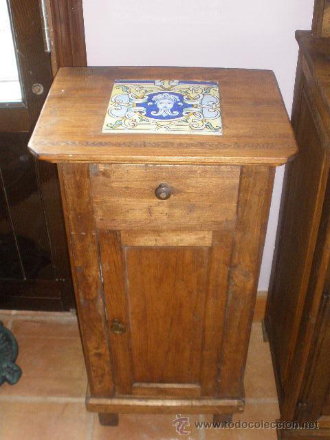 MESILLA CON AZULEJO ANTIGUO AÑOS 20 INSERTADO EN LA TAPA SUPERIOR. (Antigüedades - Muebles Antiguos - Mesas Antiguas)