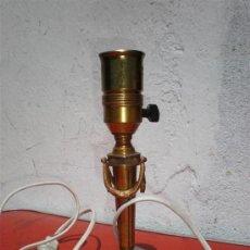 Antigüedades: LAMPARA DE MESILLA DE BRONCE DORADO ESTILO INPERIO. Lote 19783201