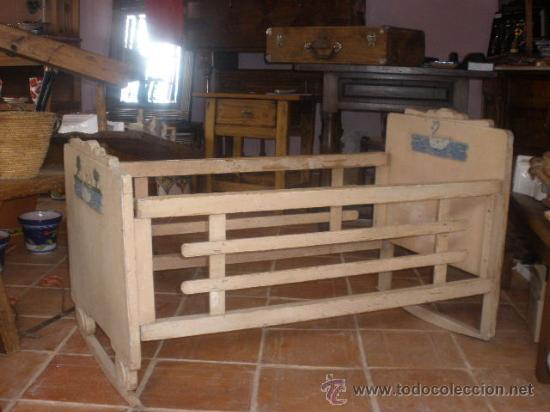 CUNA ANTIGUA BALANCIN CON ADORNO DE PATOS,PINTURA ORIGINAL BLANCA (Antigüedades - Muebles Antiguos - Camas Antiguas)