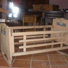 Antigüedades: CUNA ANTIGUA BALANCIN CON ADORNO DE PATOS,PINTURA ORIGINAL BLANCA. Lote 26317450