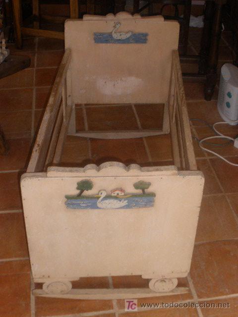 Antigüedades: CUNA ANTIGUA BALANCIN CON ADORNO DE PATOS,PINTURA ORIGINAL BLANCA - Foto 4 - 26317450