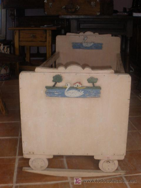Antigüedades: CUNA ANTIGUA BALANCIN CON ADORNO DE PATOS,PINTURA ORIGINAL BLANCA - Foto 2 - 26317450