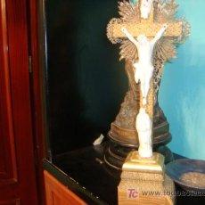 Antigüedades: ANIGUO CRISTO PORCELANA CON VIRGEN DOLOROSA, CRUZ MADERA APLIQUES META, PEANA MADERA FALTA TROZO, 38. Lote 19821221