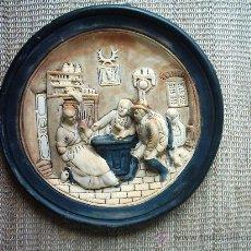 Antigüedades: VIEJO PLATO DE BARRO DECORADO EN RELIEVE. 34 CM. . Lote 27368925