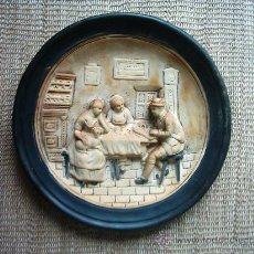 Antigüedades: VIEJO PLATO DE BARRO DECORADO EN RELIEVE. 34 CM. . Lote 27368926