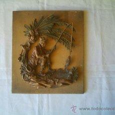 Antigüedades: TABLA DE MADERA CON FIGURA DE PESCADOR DE PLÁSTICO ANTIGUA. Lote 22629364
