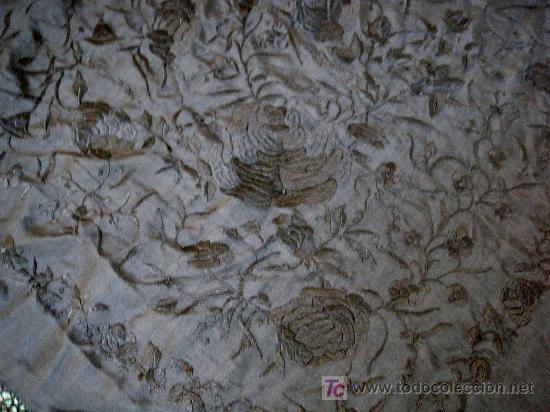 Antigüedades: MANTON DE SEDA ISABELINO NEGRO PROFUSAMENTE BORDADO A MANO EN NEGRO CON FLORES Y CHINOS - Foto 4 - 26803370