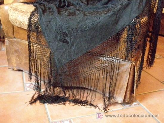 Antigüedades: MANTON DE SEDA ISABELINO NEGRO PROFUSAMENTE BORDADO A MANO EN NEGRO CON FLORES Y CHINOS - Foto 10 - 26803370