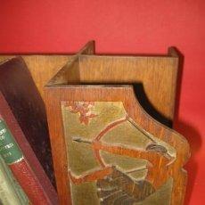 Antigüedades: LIBRERO SOBREMESA GIRATORIO EN ROBLE EPOCA ART DECO 1920-1930, LATERALES LABRADOS.ESCENA CAZA. Lote 20676968
