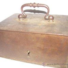 Antigüedades: ANTIGUA CAJA DE HIERRO.......MUY ROBUSTA CON ASA FORJADA.. Lote 21866520