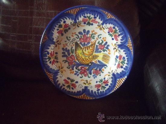 PLATO DE MANISES PINTADO A MANO MEDIADOS DEL SIGLO XX. (Antigüedades - Porcelanas y Cerámicas - Manises)