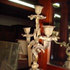 Antigüedades: PAREJA DE CANDELABROS ANTIGUOS DE BRONCE- RESTAURADOS. Lote 26542920