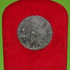 Antigüedades: MEDALLA RELIGIOSA CON FINO BAÑO DE PLATA.. Lote 26931230