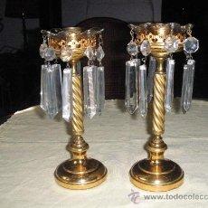 Antigüedades: PAR DE CANDELEROS ANTIGUOS CON CRISTALES. Lote 26758396