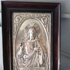 Antigüedades: PLACA ANTIGUA EN RELIEVE DE METAL PLATEADO CORAZÓN DE JESÚS. Lote 27434614
