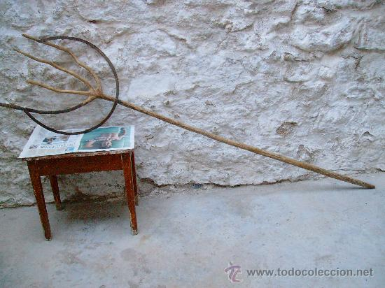FORCA ANTIGUA DE MADERA Y FORJA. (Antigüedades - Técnicas - Rústicas - Agricultura)