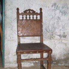 Antigüedades: PAREJA DE SILLAS ESTILO CASTELLANO, CON ASIENTO Y RESPALDO DE CUERO HACIENDO BONITOS DIBUJOS.. Lote 25988695