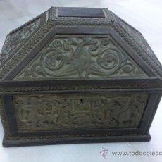 Antigüedades: BONITO COFRE EN MADERA DE NOGAL CON RELIEVES EN LATON. . Lote 27286843