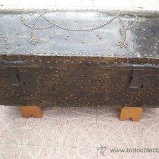 Antigüedades: ARCON DE MADERA Y CUERO ANTIGUO. Lote 21937646