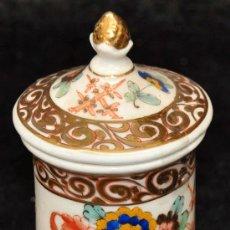 Antigüedades: PEQUEÑO BOTE DE PORCELANA PINTADA, MOTIVOS ORIENTALES. Lote 27303288