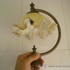 Antiguidades: ANTIGUA LAMPARA MUY CURIOSA LA TULIPA PARECE CRISTAL MURANO LA LAMPARA ES DE METAL. Lote 172084707