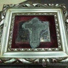 Antigüedades: ANTIGUEDAD: CUADRO MADERA JESUS CRUCIFICADO EN METAL EFECTO VISUAL FONDO TERCIOPELO. Lote 22202999