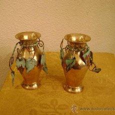 Antigüedades: PAREJA DE JARRONES EN LATON. Lote 86387963