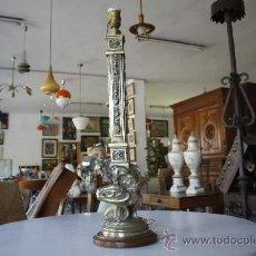 Antigüedades: ANTIGUA LÁMPARA DE BRONCE SOBRE BASE DE MADERA. ALTURA TOTAL: 68 CMS. BASE: 17.5. VER FOTOS.. Lote 26529216