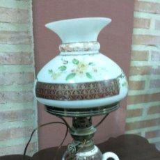 Antigüedades: ANTIGUO QUINQUE EN OPALINA BLANCA PINTADO A MANO.. Lote 26560380
