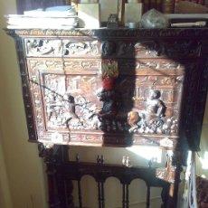 Antigüedades: BARGUEÑO DEL RENACIMIENTO ESPAÑOL.CAJONES EN SU INTERIOR. TALLA DE CUÁDRIGA Y GUERREROS. Lote 22546423