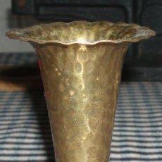 Antigüedades: FLORERO DE METAL EGIPCIO ANTIGUO. Lote 269942038