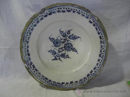 PLATO CATALÁN CON FLORES. SIGLO XVIII. (Antigüedades - Porcelanas y Cerámicas - Otras)