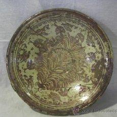 Antigüedades: PLATO DE MANISES. SIGLO XVIII. REFLEJOS METÁLICOS. SERIE HELECHOS. Lote 26713782