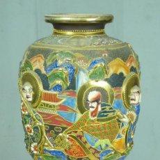 Antigüedades: JARRÓN DE PORCELANA ORIENTAL CON BASE DE MADERA. 44 CM. DE ALTURA CON LA PEANA, 31CM SIN PEANA. Lote 22635256