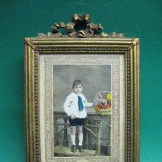 Antigüedades: PRECIOSO PORTARRETRATOS EN MADERA SOBREDORADA, PP.SG.XX. FOTO DE NIÑO COLOREADA. 1910-1920. Lote 26208891