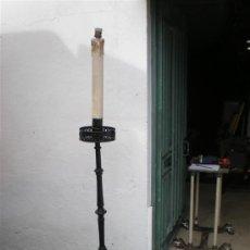 Antigüedades: LAMPARA DE PIE DE HIERRO DE FORJA ANTIGUA. Lote 22919052