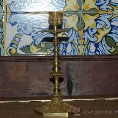Antigüedades: CANDELERO BRONCE. INGLATERRA. CIRCA 1920. Lote 23036498