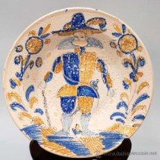 Antigüedades: PLATO EN CERAMICA TALAVERA SIGUIENDO MODELOS XVII SERIE TRICLOLOR. Lote 23125055