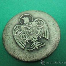Antigüedades: ANTIGUO Y CURIOSO ESPEJITO BOLSO CON ESCUDO NACIONAL ESPAÑOL, METAL RELIEVE, ESPEJO BISELADO. 6 CM.. Lote 23264739