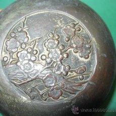 Antigüedades: ANTIGUA POLVERA DE SRª ART NOUVEAU, FF.SG.XIX. 1890 -1910, METAL RELIEVE. FLORES AIRES CHINESCOS.. Lote 23264832