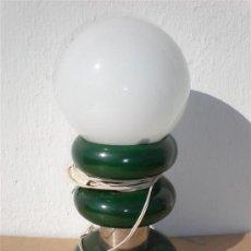 Antigüedades: LAMPARA DE MESILLA EN MADERA Y CROMADA. Lote 23306622