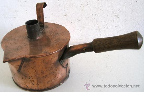 RARO EMBUDO Y RECIPIENTE CON TAPA, DE COBRE CON MANGO DE MADERA (19CM APROX DE DIAMETRO) (Antigüedades - Técnicas - Rústicas - Utensilios del Hogar)