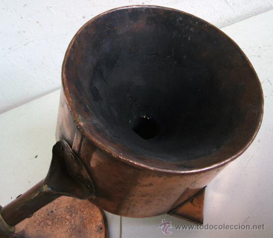 Antigüedades: raro embudo y recipiente con tapa, de cobre con mango de madera (19cm aprox de diametro) - Foto 3 - 23316005