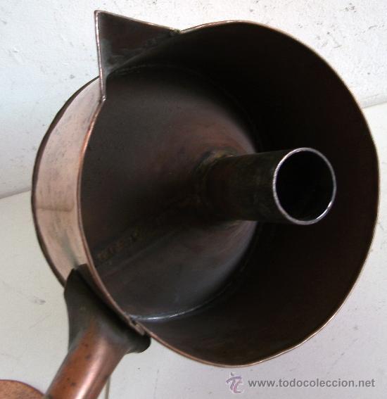 Antigüedades: raro embudo y recipiente con tapa, de cobre con mango de madera (19cm aprox de diametro) - Foto 4 - 23316005